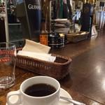 Irish Pub An SOLAS - 食後はコーヒーはサッカー見ながら