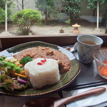 薬膳かふぇ 然 - 薬膳カレーランチセット(1000円)サラダ、ミニデザート、お茶付き