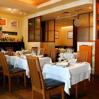陽光が降り注ぐ中、優雅な時を過ごせるレストラン