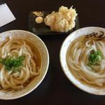 あらき屋 - 左:「手切り麺」かけうどん  右:「錬麺」かけうどん