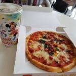 パン・ギャラクティック・ピザ・ポート - ソフトサラミソーセージのピザ&ドリンク