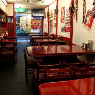 """""""赤""""で統一された中国情緒溢れるお店。昔ながらの雰囲気も◎"""