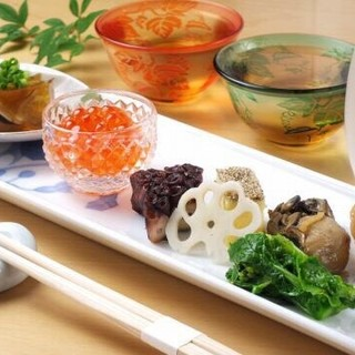 多彩な前菜や季節を留めた煮物は、日本料理の真骨頂がここに。