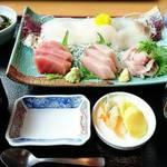 笑ぎょ - 地物刺身五点盛定食     ¥2100、  お味噌汁をあら汁に変更     +¥100