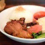 チャベ - アヤムゴレンと生野菜、サンバルトラシ添え+ごはん@税込950円