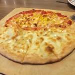88216138 - マルゲリータとコーンマヨのピザです。