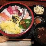 一手一つ - ランチタイムの海鮮丼や魚定食が人気の住宅街の居酒屋さん。海鮮丼500円。赤だしと小鉢付き。