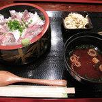 一手一つ - ごまあじ丼600円。夜には『旬のお刺身』として提供されているゴマアジ。