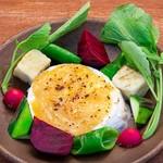 彩り野菜と焼きカマンベール