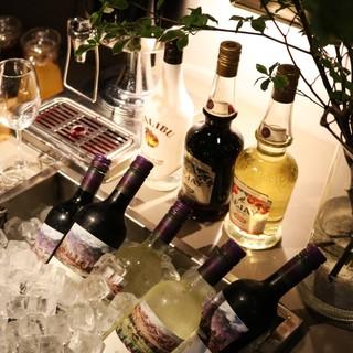 夜カフェで料理とワインを楽しむ