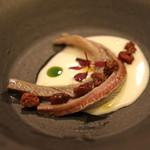 スペイン料理サルデスカ - 鰯のマリネ、チーズのクレマ、焼き葡萄 オリーブオイルとパセリオイル