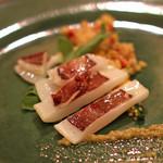 スペイン料理サルデスカ - 軽く焼いた白イカとクスクス グリーンオリーブのソース