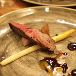 スペイン料理サルデスカ - イベリコ豚肩ロースのロースト 黒ニンニクとパッションフルーツのソース