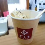 くらを - 料理写真:紙のカップに入ったソフトクリーム