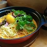 ロムアロイ - カオソーイ(麺)。大きな鍋で麺(6人分)が登場