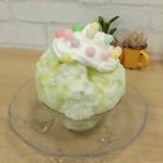 天然氷のかき氷 姫路官兵衛堂 - 砂糖菓子をトッピングして完成
