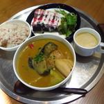 88256106 - ロティサリーチキンと揚げ野菜のスープカレー1,400円(税込)