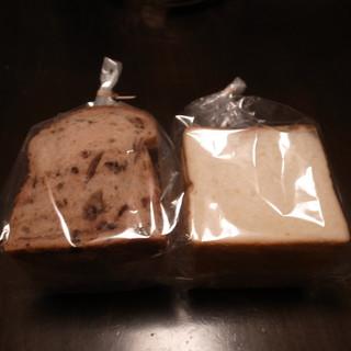 ククリ - 料理写真:チョコレート食パンとふつうの食パン