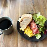 CREER COFFEE - ベーコンとスクランブルエッグのモーニングプレート