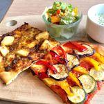 ル ガラージュ - 「ピザランチ」(カットピザ2種+サラダ+スープ」(980円)。カットピザは4種類の中から好きな2種類を選べる。