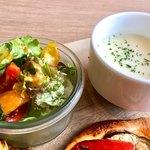 ル ガラージュ - サラダとスープ。この日のスープは冷製だった。