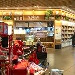 ル ガラージュ - 蔦屋家電の売り場から見た店舗。相変わらずどこにでもカープグッズが置いてある広島。