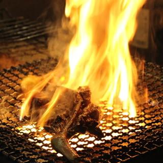 豪快!自慢の鶏料理◎炭火で焼く骨付きモモ肉・自慢の鶏串