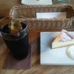 88275702 - アイスコーヒー(550円)と椿チーズケーキ(450円)