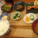 魚焼男 - 焼魚定食880円(税込)本日は鮭の西京焼き