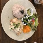 ラムズ イヤー - 料理写真:カリカリチキンの茸クリームプレート