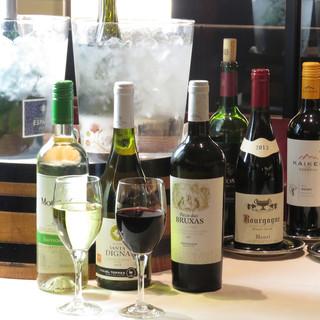 ディナータイムは食べ放題のブッフェに上質なワインが飲み放題