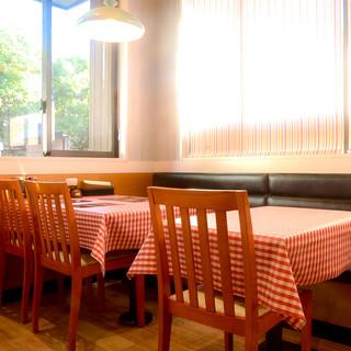 家族連れにも最適な明るい店内でお食事を!