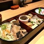 辨慶 - 小判型のお弁当箱に並ぶ料理、今日のメインはマガレイ煮付けです(2018.6.27)