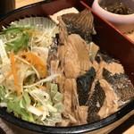 辨慶 - 小判型のお弁当、手前はマガレイ煮付けとサラダ(2018.6.27)