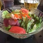 88302005 - 野菜と刺身がたっぷり。