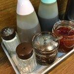 亀戸ぎょうざ - 調味料手前のオイルはニンニク風味✧*。