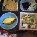 はっぴー - ランチの例、ロースかつと豆腐サラダ