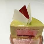 88310342 - まろやかで香り豊かなピスタチオのババロワに、優しい甘さの苺ムースと、ピスタチオ生地にはジュワッと木苺のお酒が
