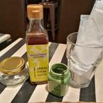 88311437 - ステーキには、卓上のブレンド塩ややや甘口のステーキソースが合う!