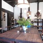 喫茶 寺町李青 - 中央にはどっしりしたたテーブル