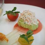 マゼランズ - ホワイトアスパラガスのマリネとズワイ蟹のサラダ、冷製コーンクリームスープ