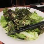 銀座酒場 マルダイ 大名 - 料理はごま油のサラダからスタート。  韓国人気NO1のごま油を使ったシンプルな味付けのサラダです