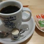 88323233 - ブレンドコーヒーと無料の菓子