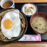 食堂 高田屋 - チャップ丼(750円)に半熟目玉焼き(50円)トッピング