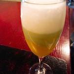 88325031 - 泡の下にブロッコリーの暖かいスープ、その下にカボチャの冷製スープ!!ごくごくグラスを持って飲む(゚∀゚)