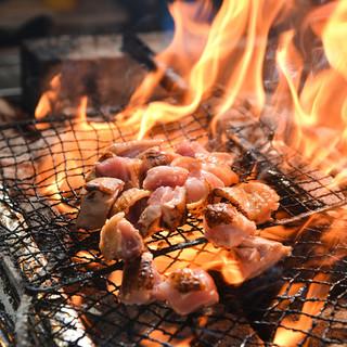 備長炭の炭火で焼く本格焼き鳥。素材・焼き加減にも自信あり。