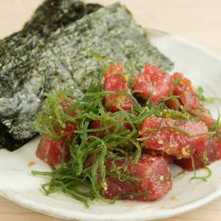 """『金井寿司』といえば、""""マグロ""""!海藻と共に海苔で巻いて。"""