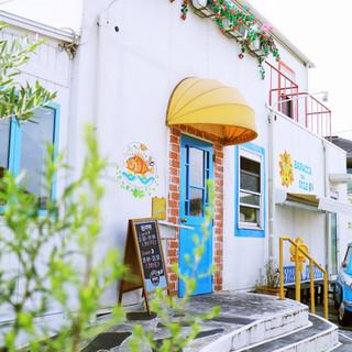 白を基調とした海沿いのイタリアンレストラン