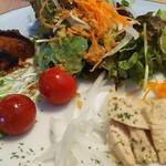 ハングリー - 茄子のトマト煮、胡瓜のピクルス、蒸し鶏、サラダ