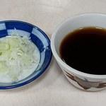 甚兵衛そば - 甚兵衛そば @宗吾参道 小さな蕎麦猪口で提供される 「かえし」 強めの蕎麦汁と薬味
